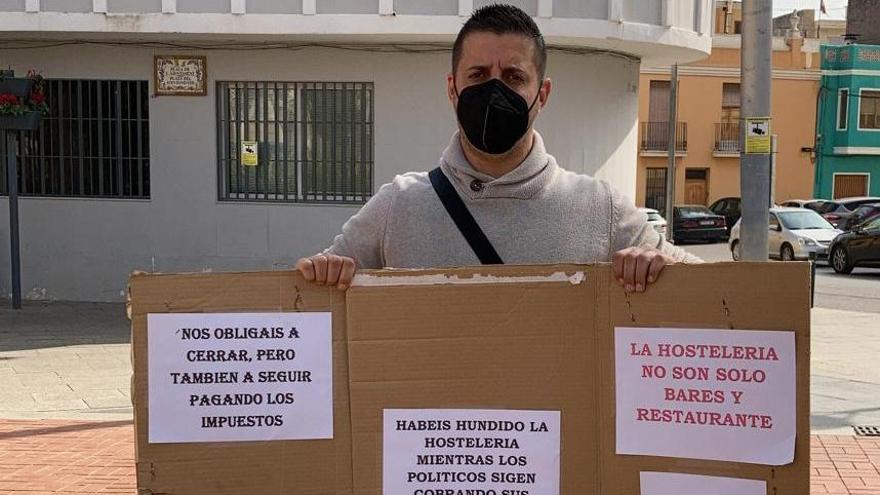 Protesta delante del Ayuntamiento de Picassent por la falta de ayudas
