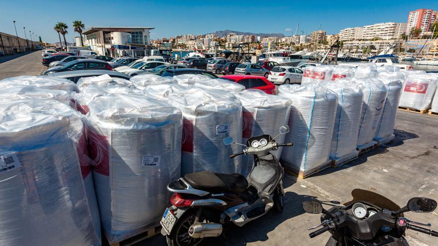 La Cofradía denuncia la insalubridad del pienso para peces en el puerto de La Vila