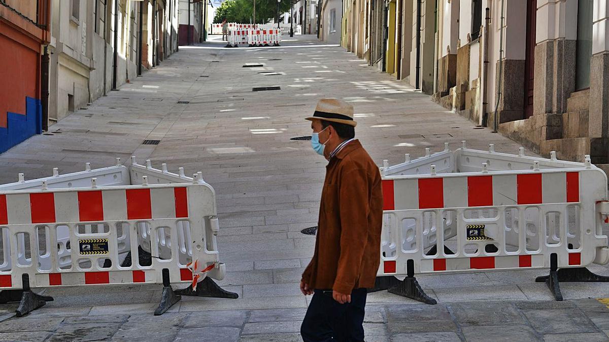 Pavimento en mal estado en la calle Cortaduría.   | // CARLOS PARDELLAS