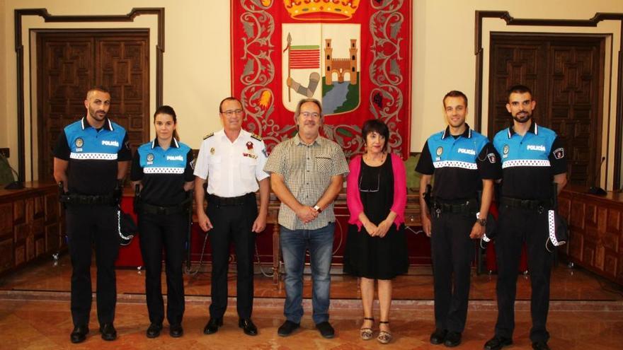 Los cuatro nuevos agentes de la Policía Municipal de Zamora son recibidos en el Ayuntamiento.