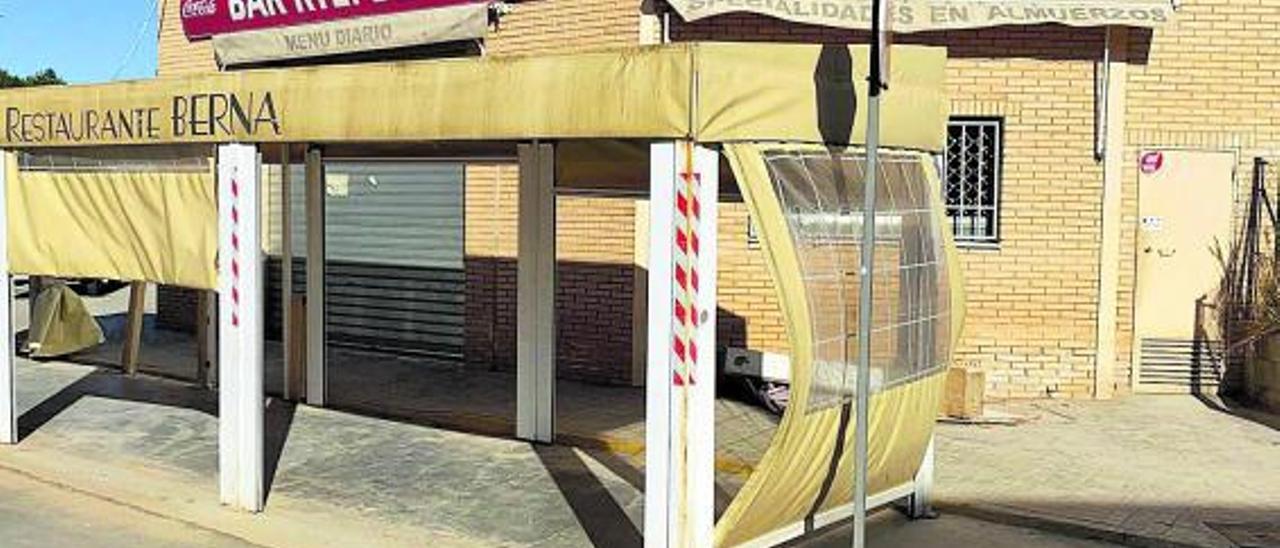 El Bar Berna del polígono Vereda Sur sigue sin poder abrir por los graves daños.   L-EMV