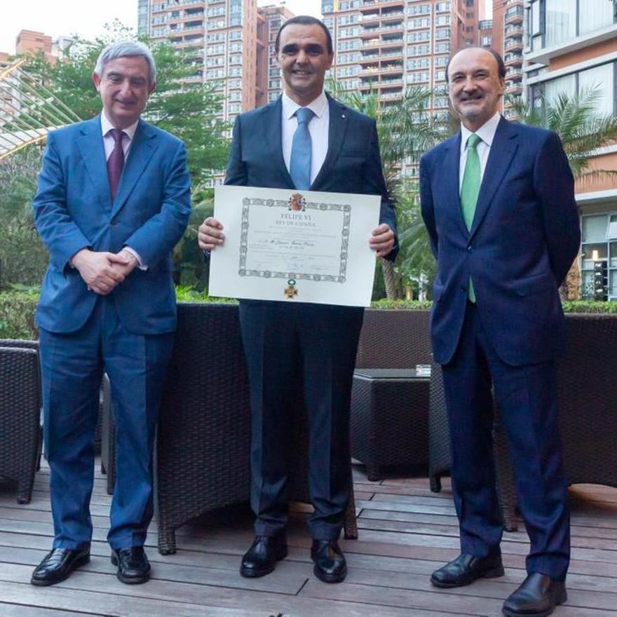 El empresario de Petrer mostrando el diploma junto al embajador de España en China.