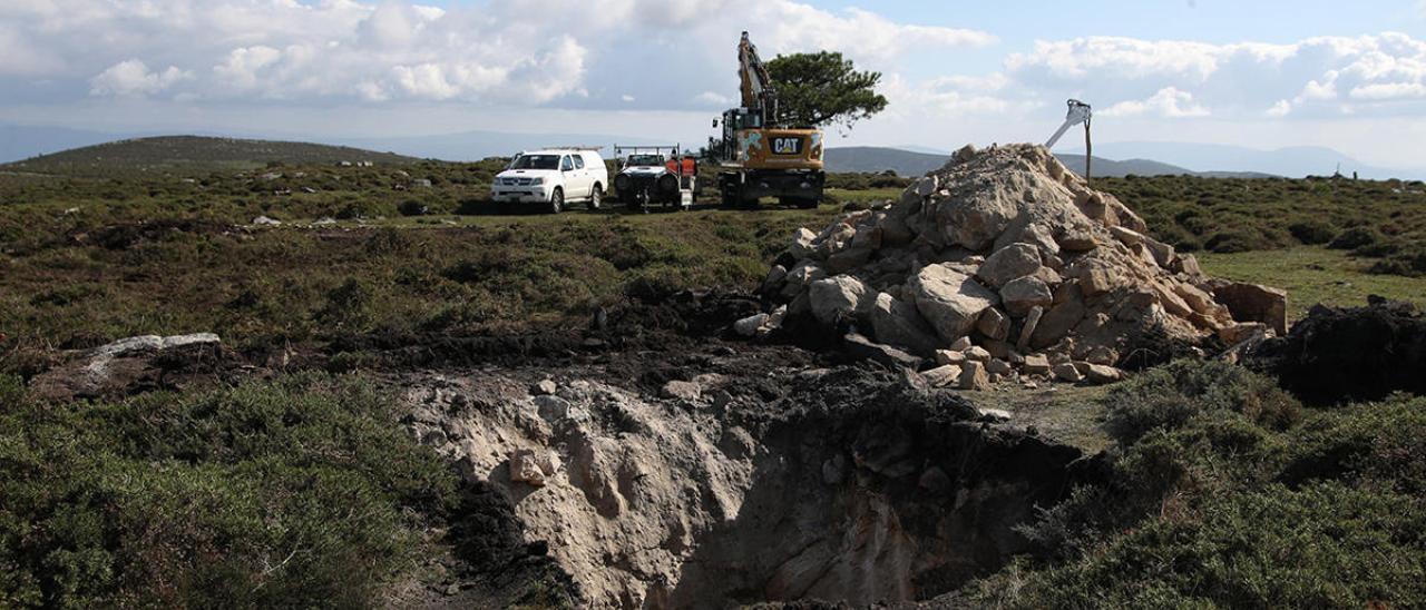 Excavación en el Alto da Groba para las sujecciones de la antena.
