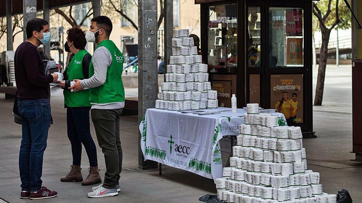 La Asociación contra el Cáncer distribuyó sus mensajes en papel higiénico.