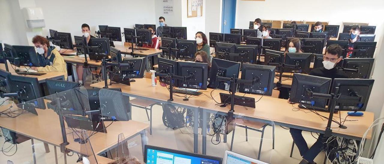 Alumnos del ciclo de FP de Informática del Instituto de Teis