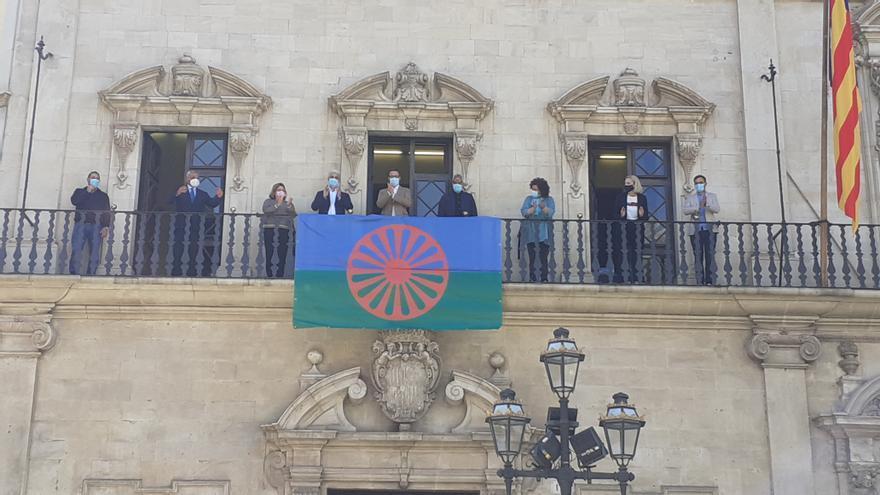 La bandera del pueblo gitano cuelga en el balcón de Cort