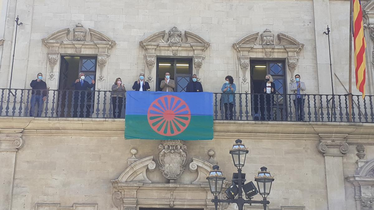 Colgada la bandera del Pueblo Gitano en el balcón de Cort.