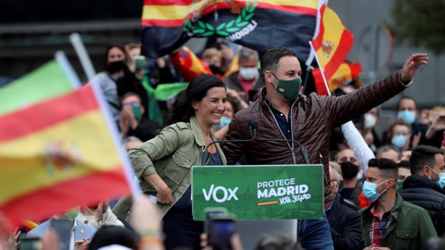 Vox pide el voto en Madrid con un polémico cartel comparando pensionistas y 'menas'