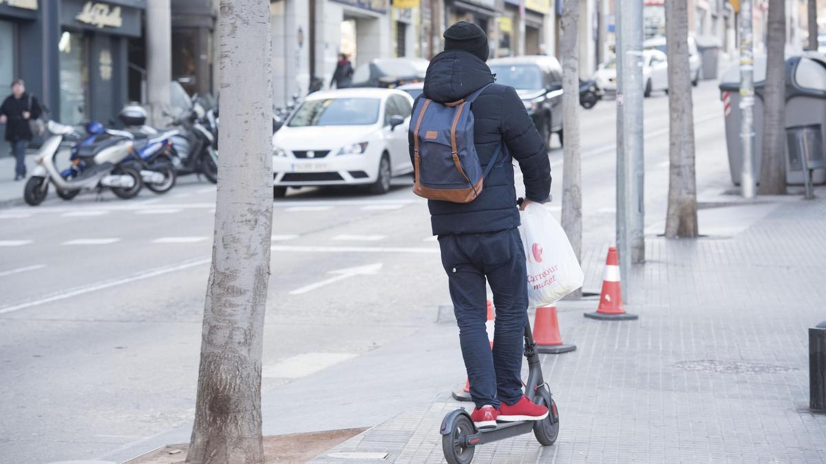 Imatge recurs d'un home circulant amb patinet elèctric per Manresa