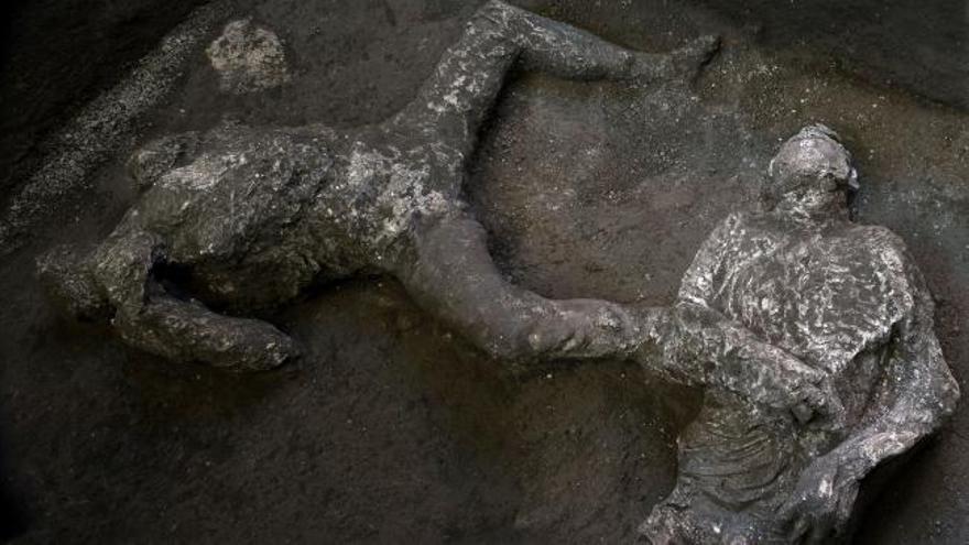 Arqueólogos encuentran y reconstruyen en Pompeya dos cuerpos con sus ropas