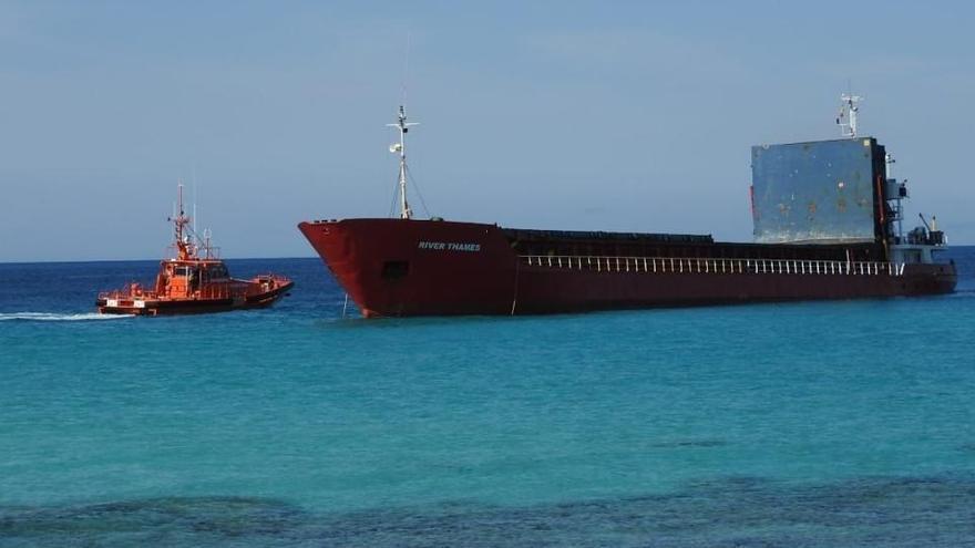 Frachter läuft vor Formentera auf Grund