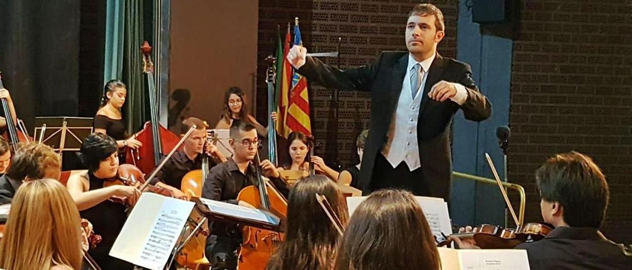 El director Pablo Gutiérrez Pastor dirige a los jóvenes músicos de la Orquesta Sinfónica Académica de San Vicente. | INFORMACIÓN
