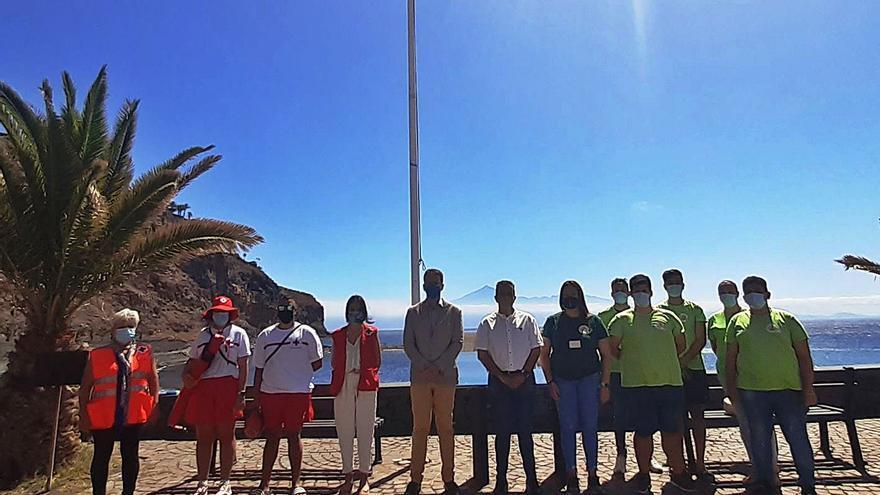 Izadas las dos Banderas Azules de San Sebastián de La Gomera