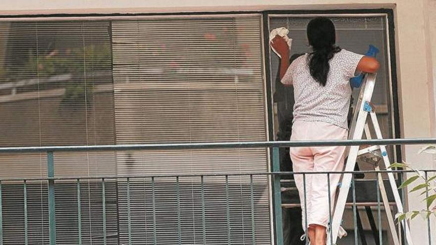 Trabajo revisa la situación de 45.000 empleadas de hogar