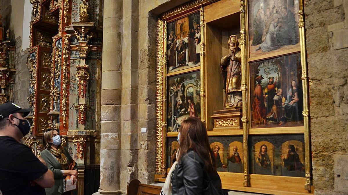 Los turistas han disfrutado ya del retablo de San Ildefonso en la iglesia de San Juan restaurado. | E. P.