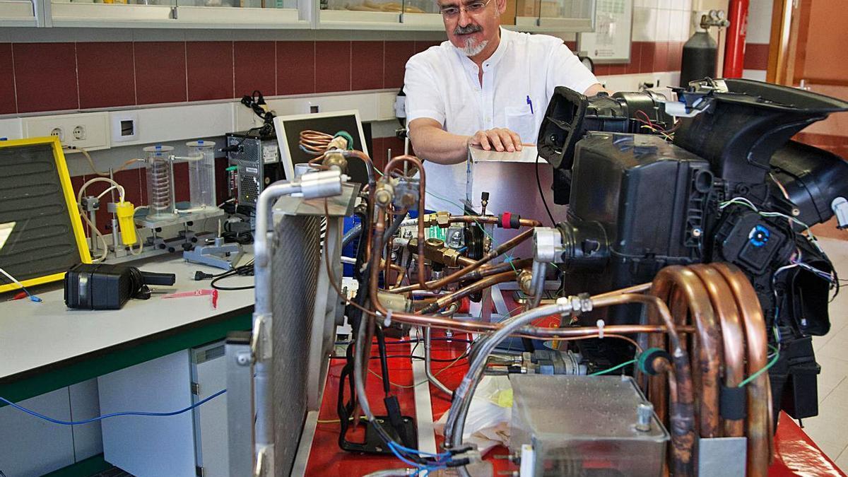 El profesor Juan Ramón Muñoz Rico, en el laboratorio de la Escuela Politécnica Superior, con un motor. | J. F.