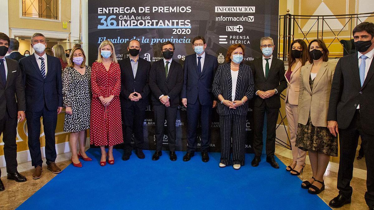 Miembros de Prensa Ibérica junto a representantes de la Generalitat y del Gobierno central posan en el «photocall» situado a la entrada del Teatro Principal de Alicante.   JOSE NAVARRO