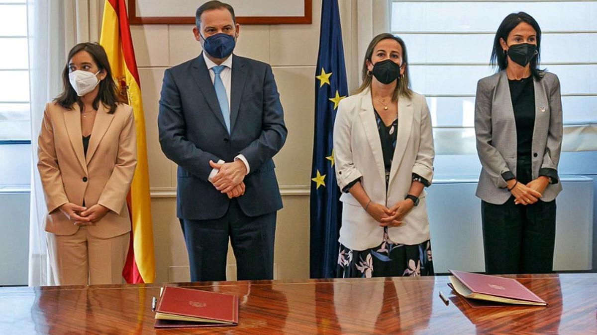 Inés Rey, José Luis Ábalos, Ethel Vázquez e Isabel Pardo de Vera, en la firma del convenio de la intermodal de A Coruña.