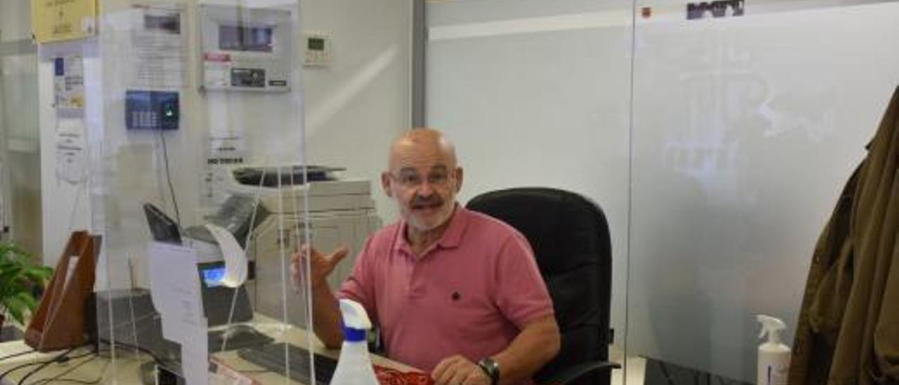 Juan Cardona en su mesa de trabajo en la sede de Cáritas, donde colabora como voluntario. | C. NAVARRO