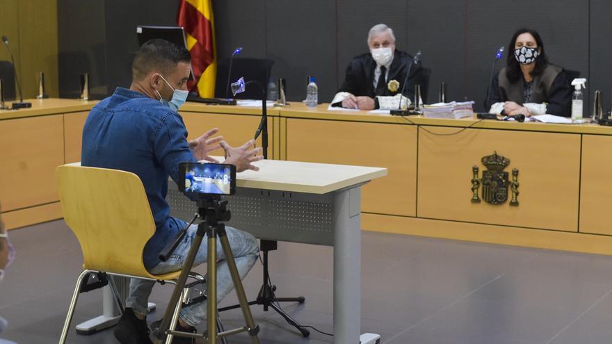 El fiscal rebaja de siete a dos años la petición de cárcel al acusado de lanzar a un hombre a un pantalán