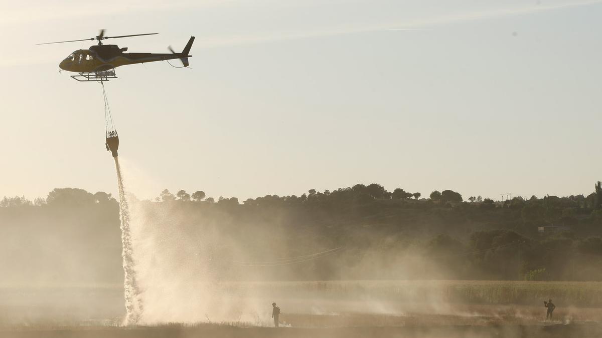 Extinción de un incendio con intervención de un helicóptero