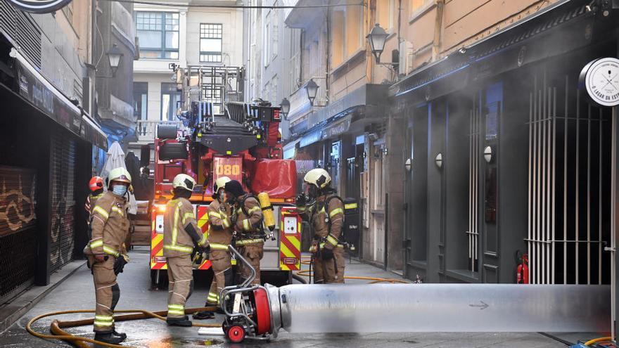 Un incendio en un local de hostelería sorprende a los vecinos de la calle de la Estrella