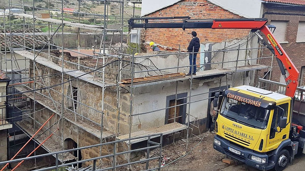 Demolición de la casa en la calle Requejo.   Cedida