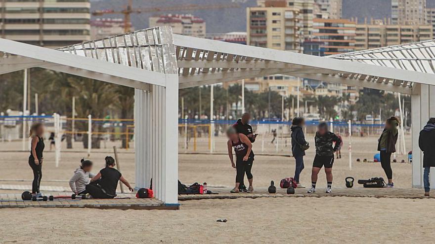 Grupos toman las playas para hacer deporte sin mantener la distancia social