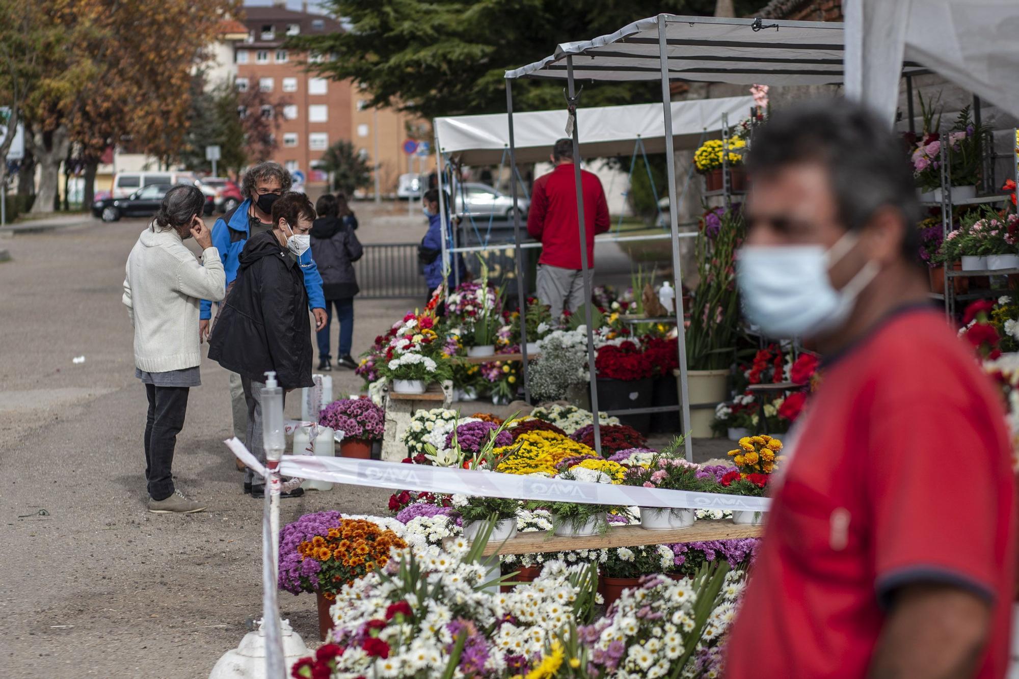 Las imágenes del Día de todos los Santos en el año del coronavirus