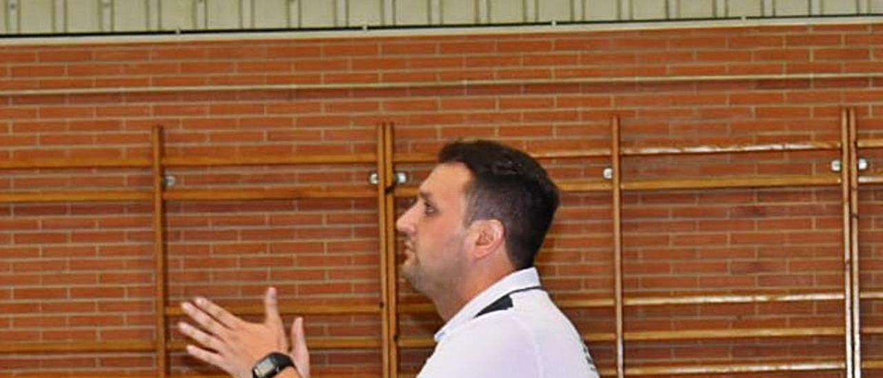 Ricardo Margareto, dando instrucciones durante un partido de pretemporada. | UFBO