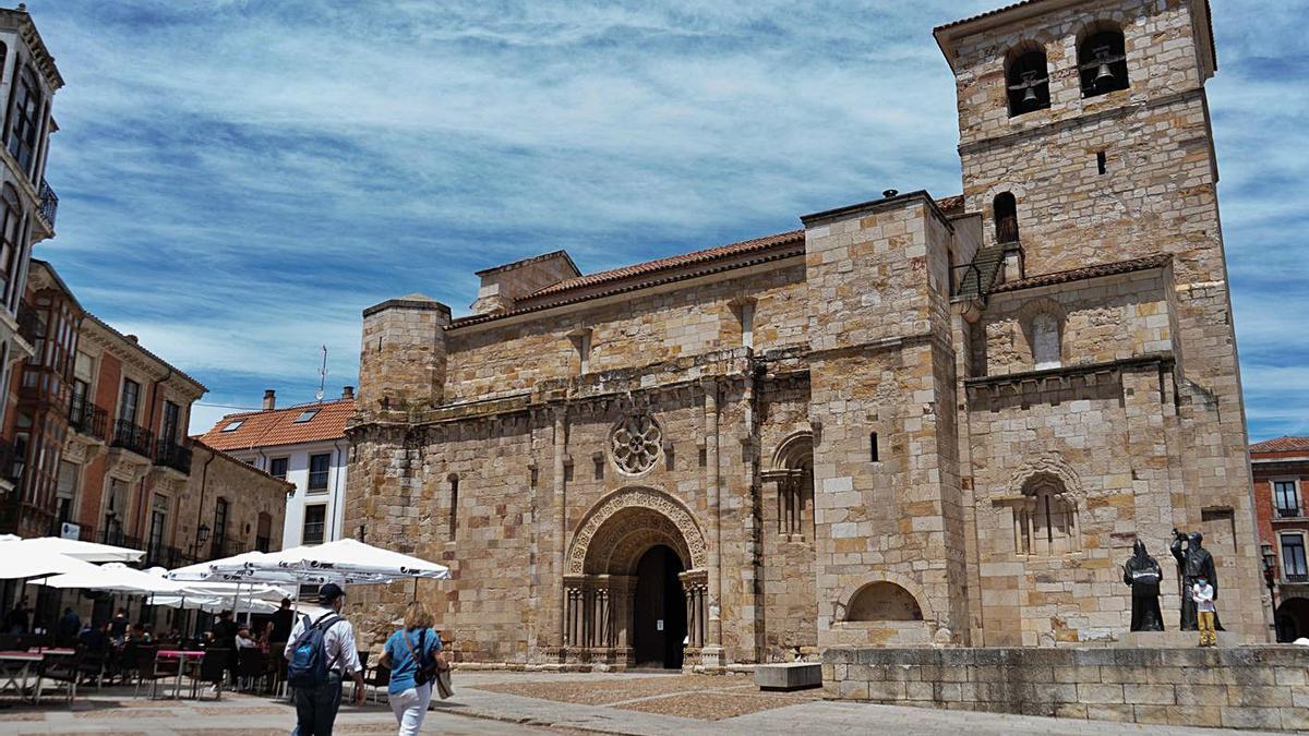 La iglesia de San Juan de Puerta Nueva, con detalle del rosetón.