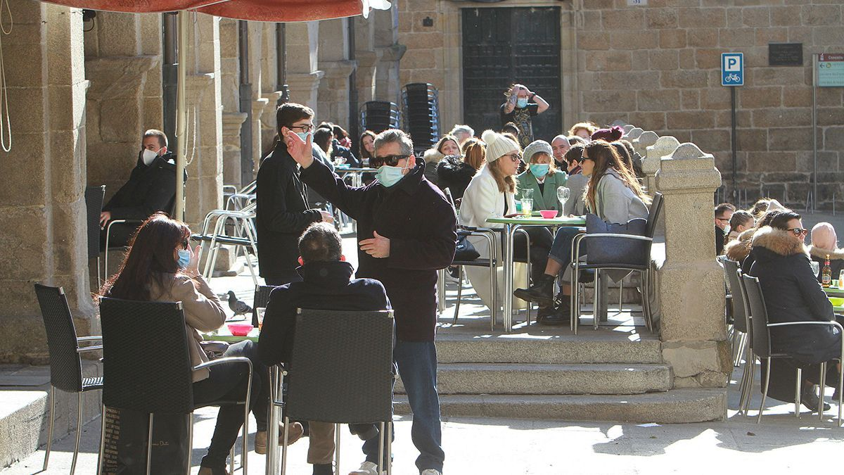 Clientes de una terraza, en el centro histórico de Ourense