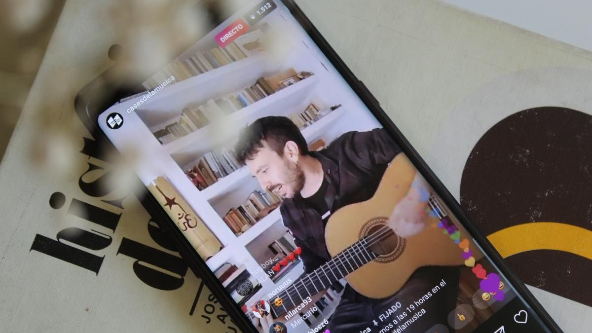 Pablo Sánchez, en la pantalla de un móvil, durante su concierto