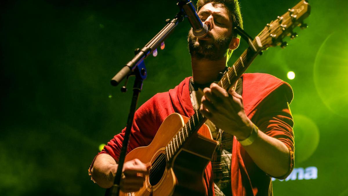 El cantautor rosinc Alberto del Puerto canta «Dracs d'abril»