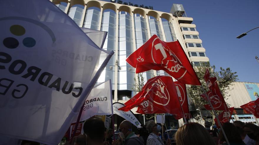 Protesta de los trabajadores del Sabadell contra el ERE frente a la sede del banco en Alicante