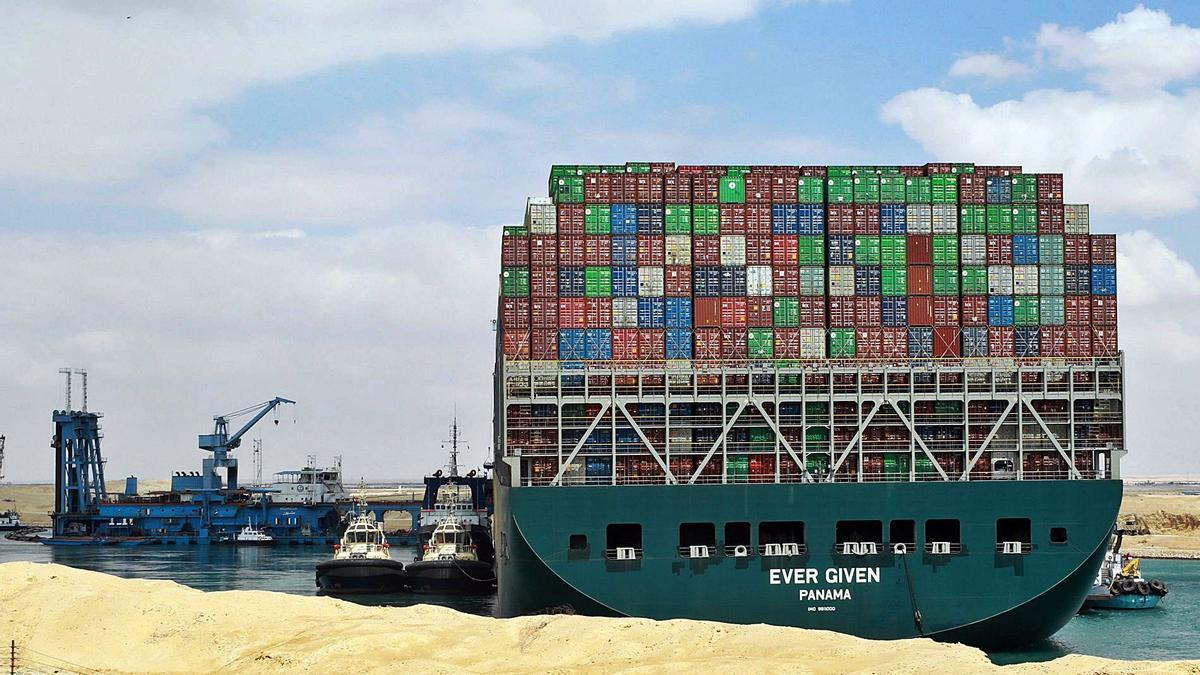 La embarcación 'Ever given', de bandera panameña, atascada desde hace días en el canal de Suez, en Egipto. | EFE