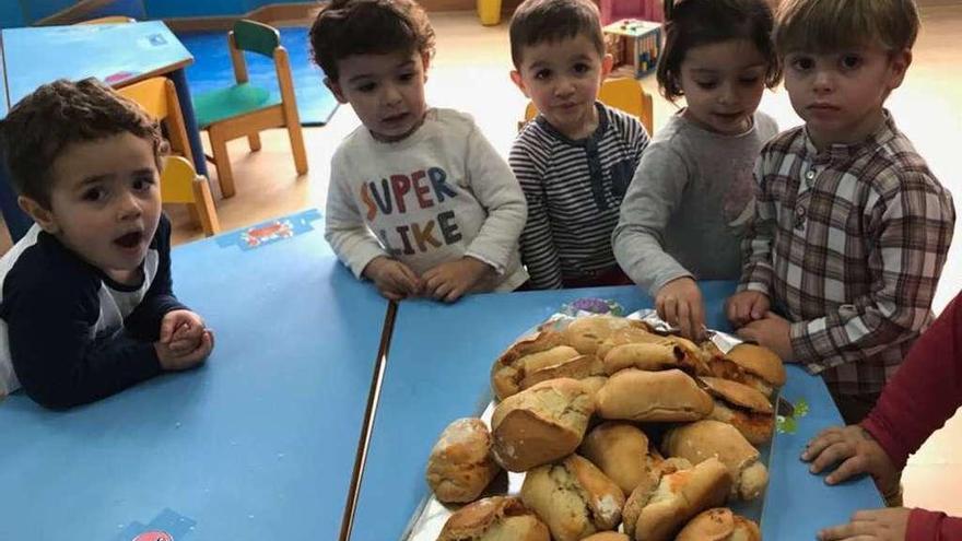 Bollos preñaos en el colegio infantil de La Oliva para celebrar Comadres