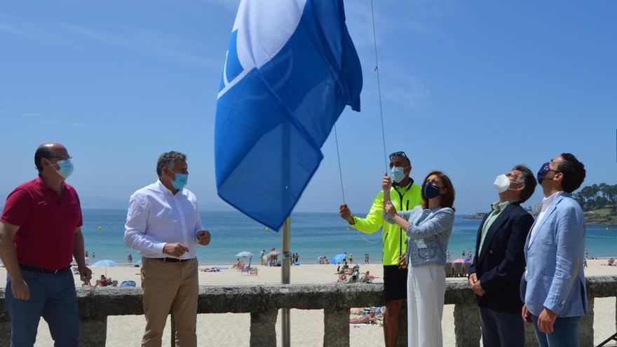 Las 23 banderas azules obtenidas por la ría ya ondean en sus playas