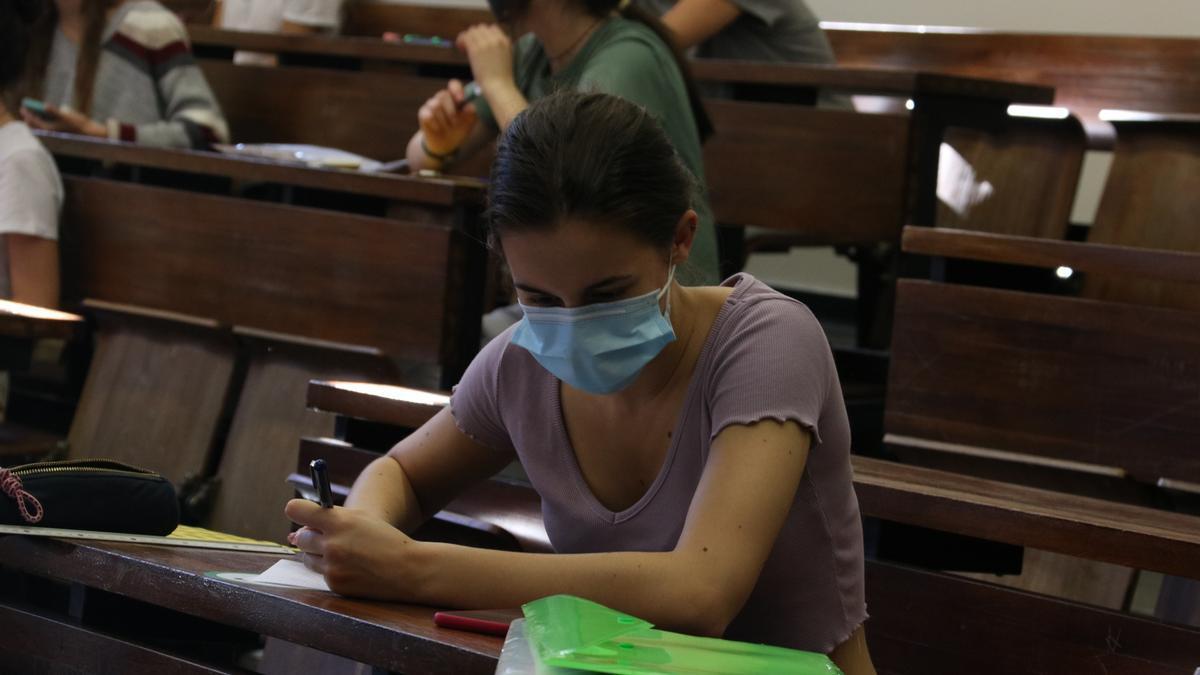 Pla mitjà d'una estudiant a la Facultat d'Economia i Empresa de la UB duarnt les PAU. Imatge del 8 de juny del 2021. (horitzontal)