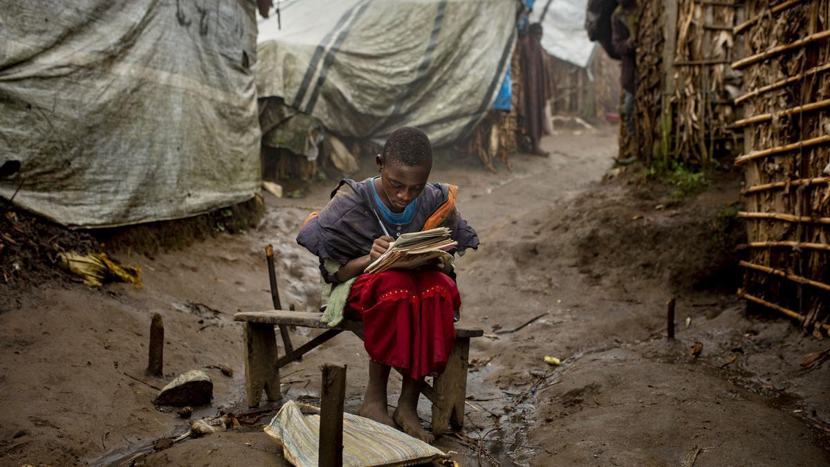 Una niña de RDC hace sus deberes.
