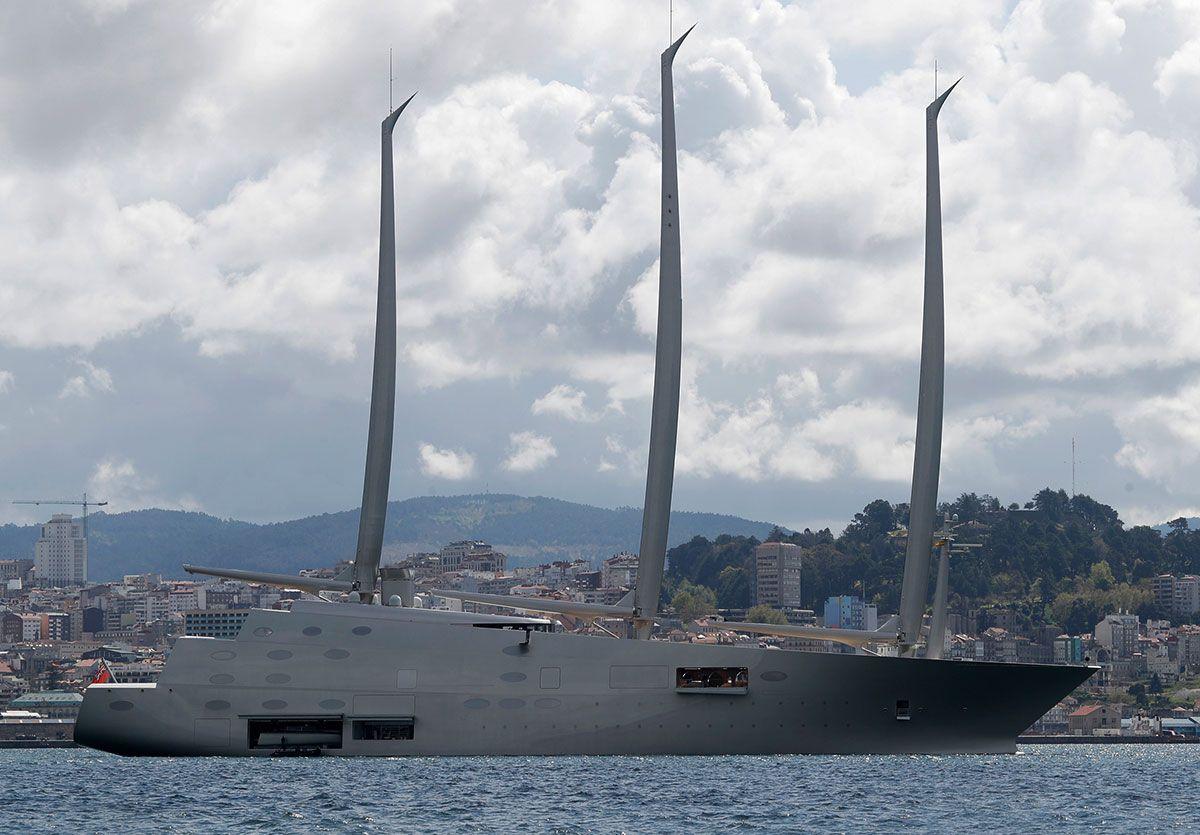 El velero A, con Vigo al fondo. Ricardo Grobas