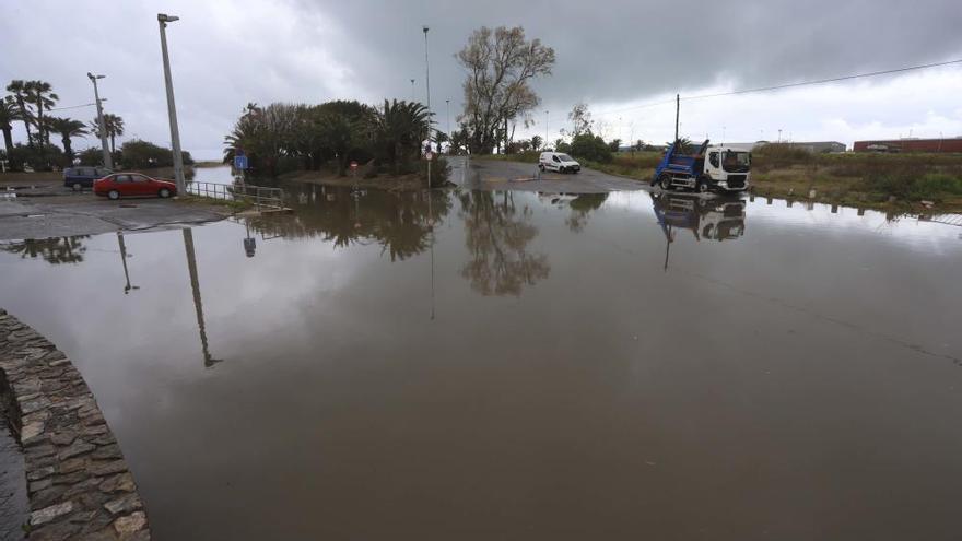 La lluvia obliga a cortar calles y carreteras en Sagunt