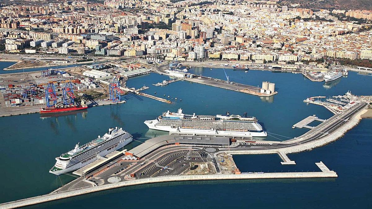 Imagen aérea del dique de levante del puerto de Málaga.