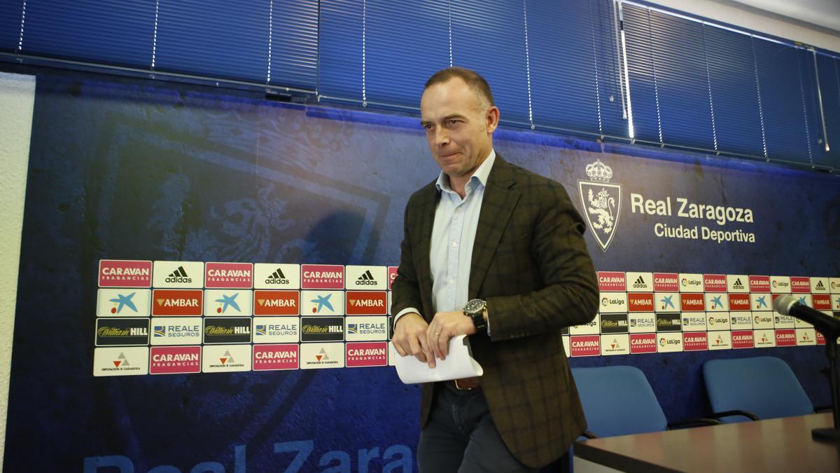 El presidente del Real Zaragoza, Christian Lapetra, tras una rueda de prensa.