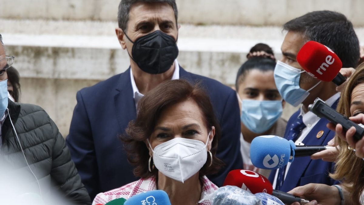 Carmen Calvo atiende a los medios de comunicación en Córdoba.