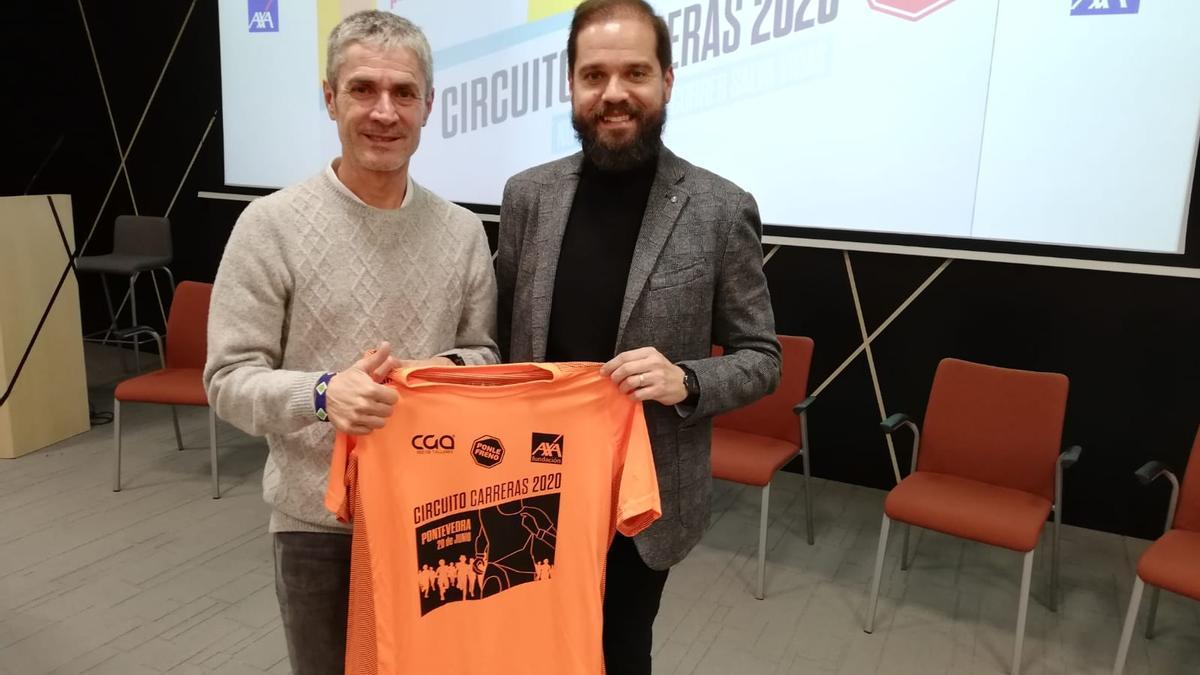 El concejal Iván Puentes, con el maratoniano Martín Fiz
