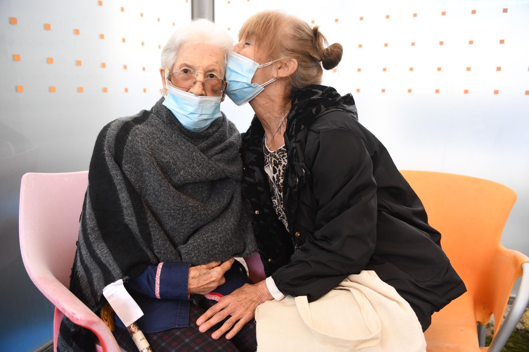 Los besos y los abrazos vuelven a las residencias de A Coruña
