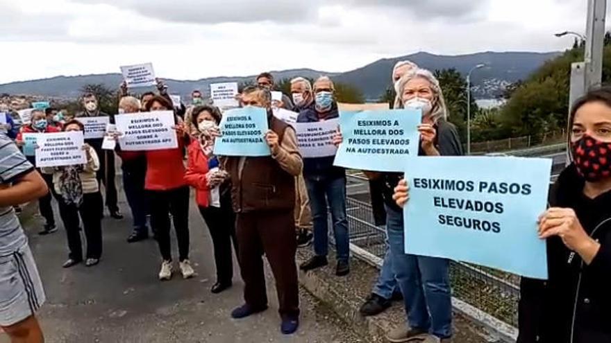 Vecinos de Teis se movilizan para exigir la mejora de los pasos elevados sobre la autopista