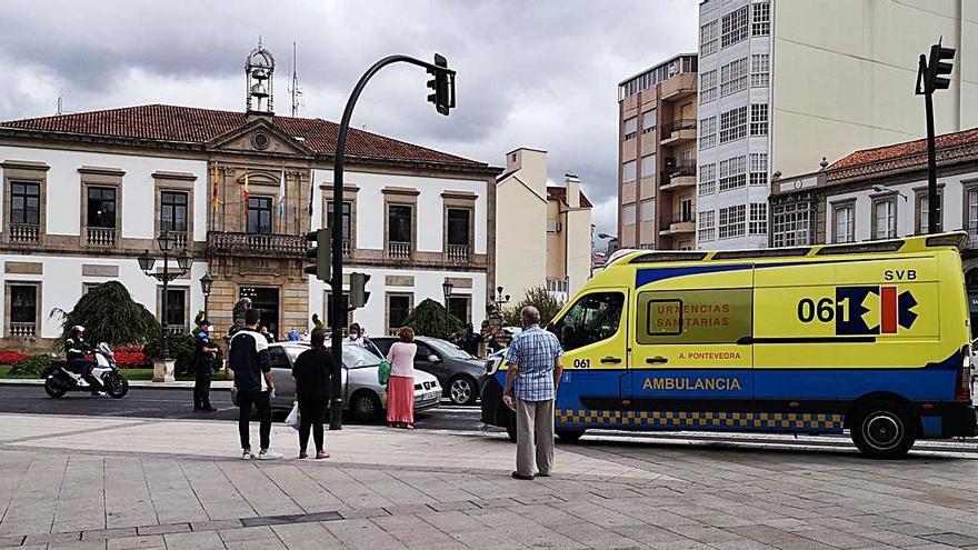 Conducción temeraria en Ravella: un menor se fuga tras chocar contra dos coches e invadir la acera