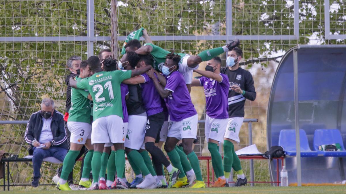 Los jugadores del Moralo celebran uno de los goles del partido ante el Diocesano.